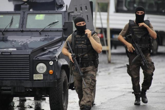 Two members of the police special forces patrol outside a police station after an attack in Istanbul, Turkey, August 10, 2015. REUTERS/Huseyin Aldemir